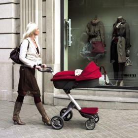 Приобретая коляску для малыша, стоит учесть, что большую часть времени гулять придётся именно маме и неудобная модель коляски не доставит от прогулок